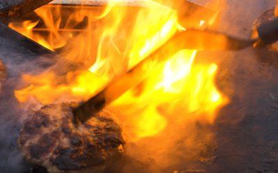 Burger grillen mit der GMOstalb Feuerplatte